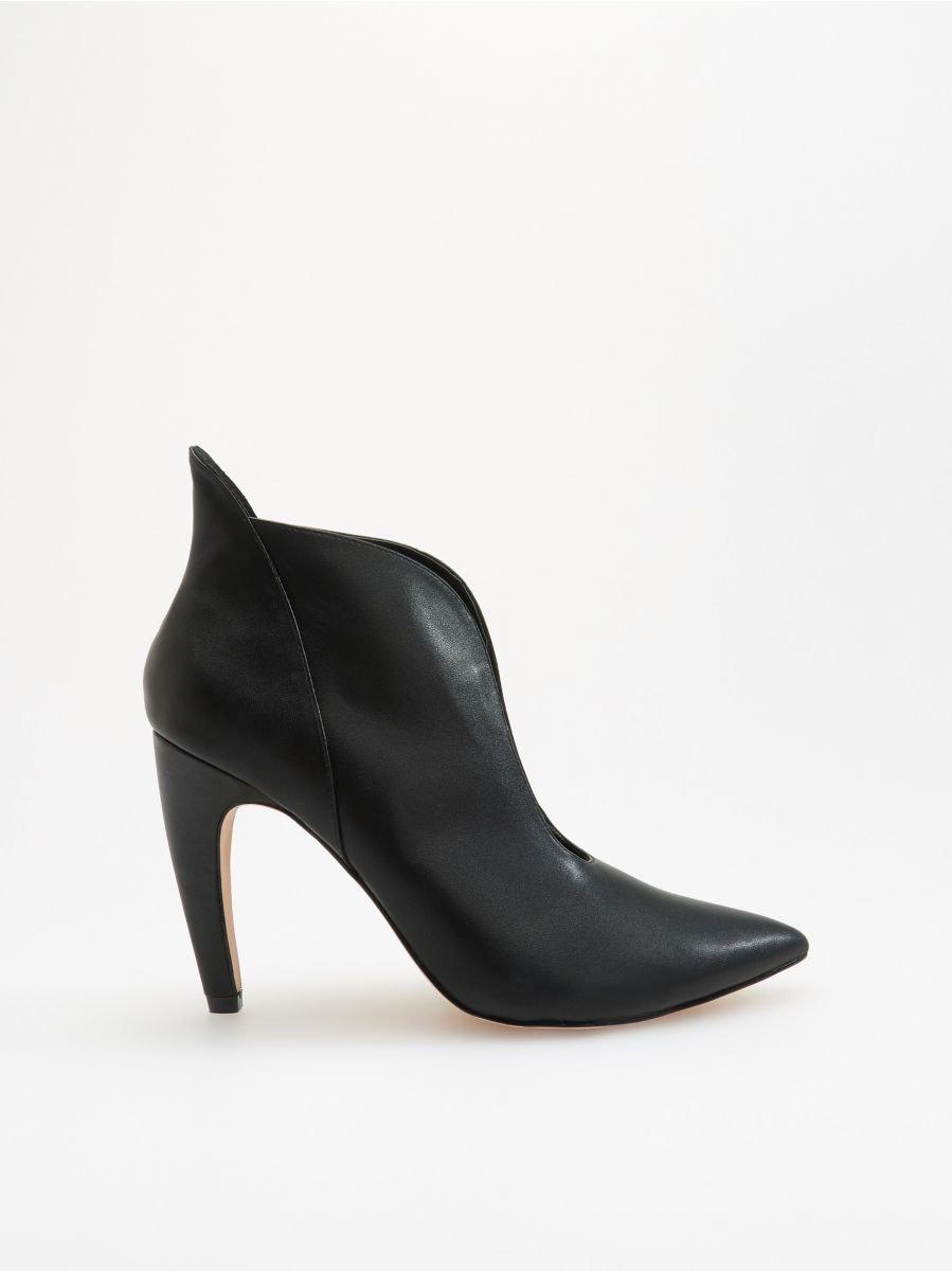 Kotníkové boty shlubokým průstřihem