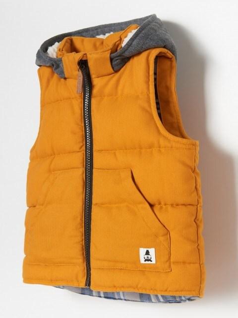 Zateplená vesta s kapucí