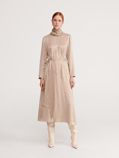 Saténové šaty srolákem