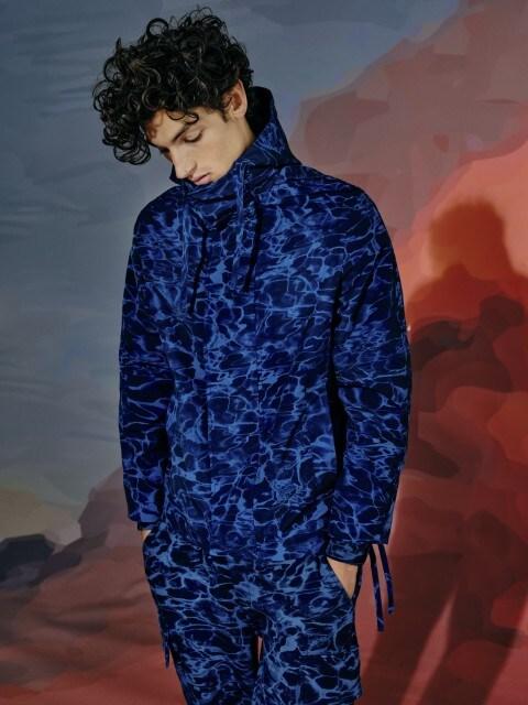 Veest inspireeritud trükisega jakk