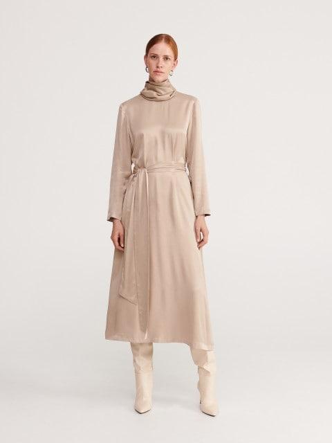 Vestido de satén con cuello cisne
