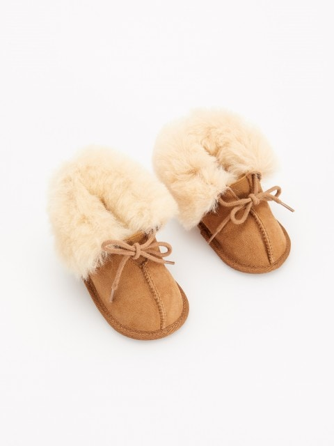 Leather slippers with wool detail
