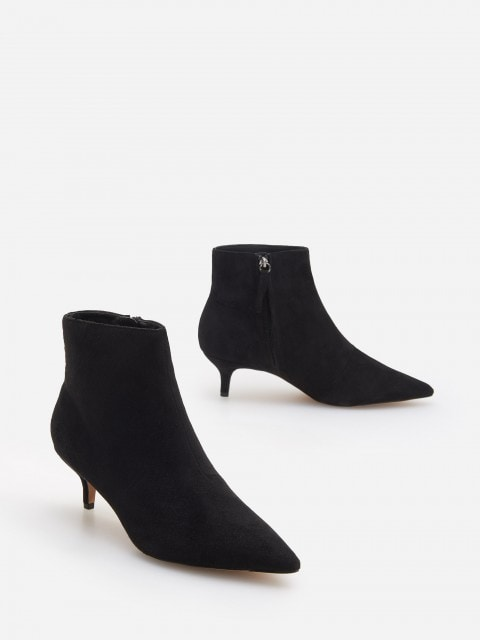Low-heeled ankle boots