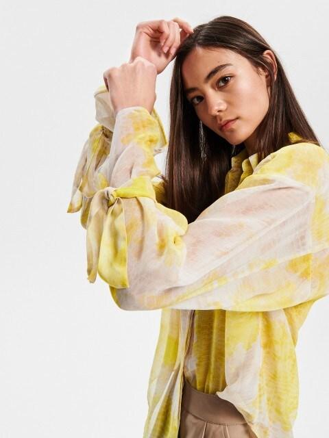 Marškiniai su abstraktiniu spaudiniu