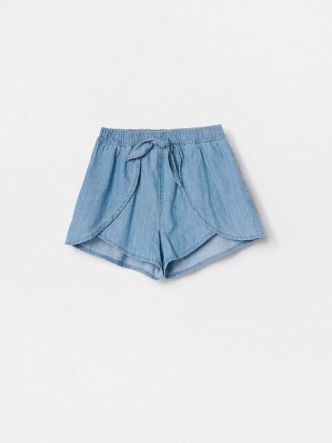 Priekyje susiaučiami džinsiniai šortai