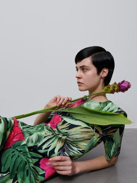Kleita ar ziedu rakstu