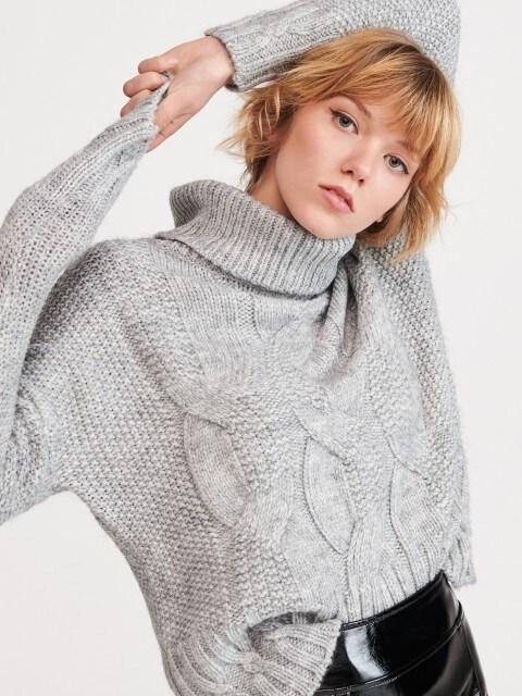 Rievota adījuma džemperis ar augstu apkakli