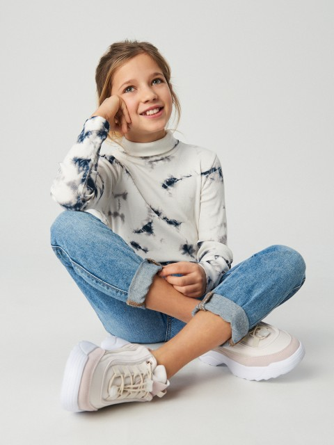 Džemperis ar augstu apkakli un batikojuma efektu