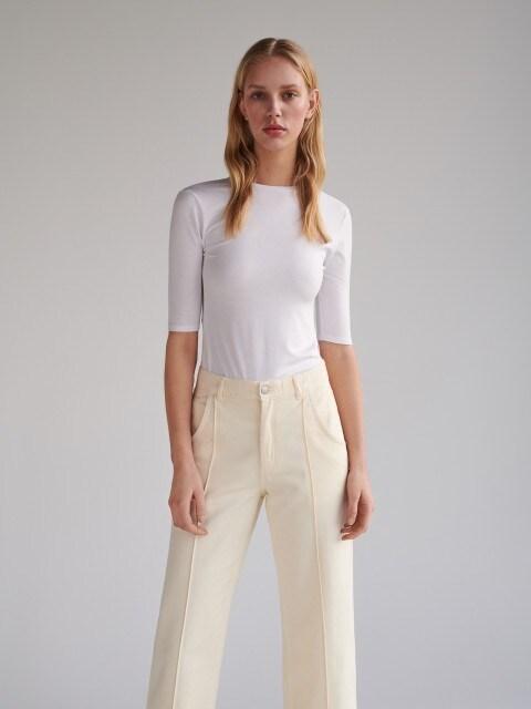 T-krekls ar V-veida kakla izgriezumu mugurpusē