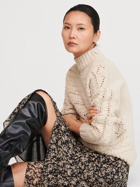 Ażurowy sweter z dekoracyjnym splotem