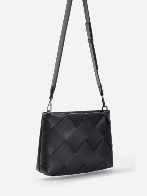 Crossbody kabelka z pleteného materiálu