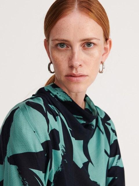Жакардова блузка з широким коміром-стійкою